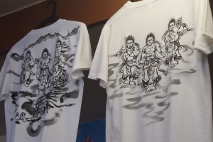 1枚1枚手書きのお土産用Tシャツ