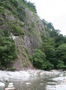巨大な岩壁「亀腹」が眼前に見えます