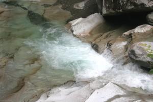 エメラルドグリーンの川面
