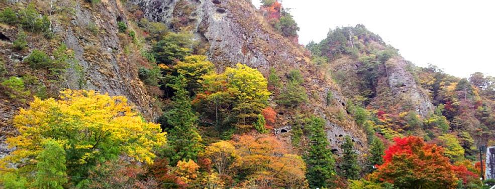 奇岩に紅葉が映える名勝「古岩屋」