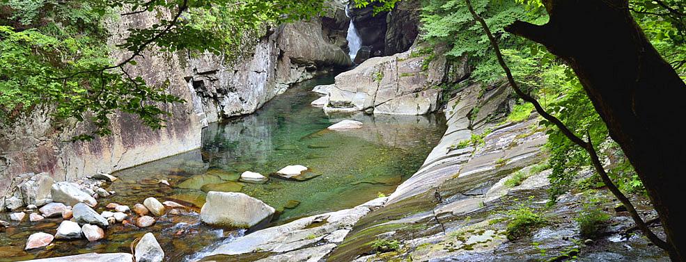 エメラルドグリーンの川面が美しい「面河渓」